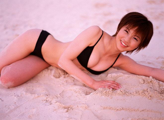 砂浜に寝そべる安田美沙子