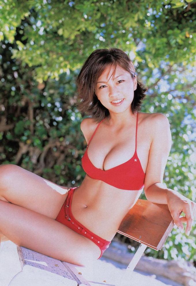 赤い水着の安田美沙子