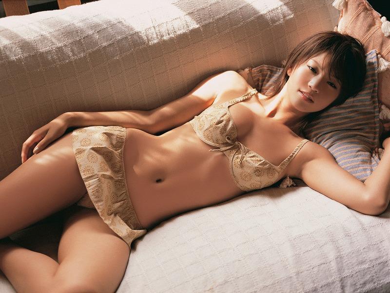 ソファに寝そべる安田美沙子
